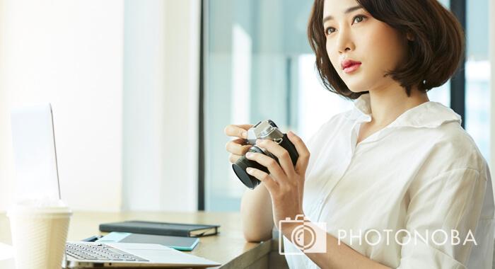 写真の活用方法を考える女性